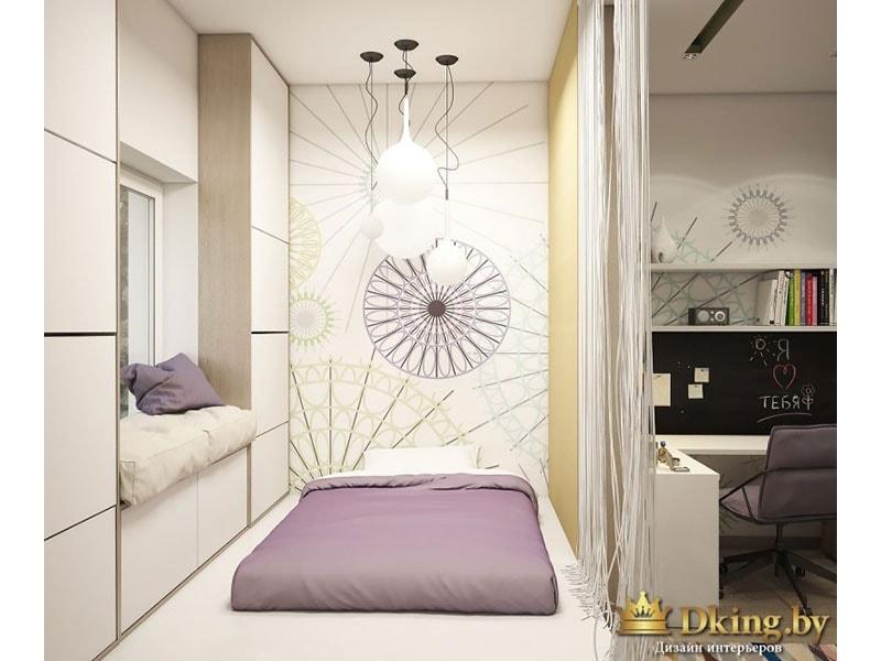спальное место: кровать, на подоконнике подушки, под окном и возле окна - ящики для хранения без ручек