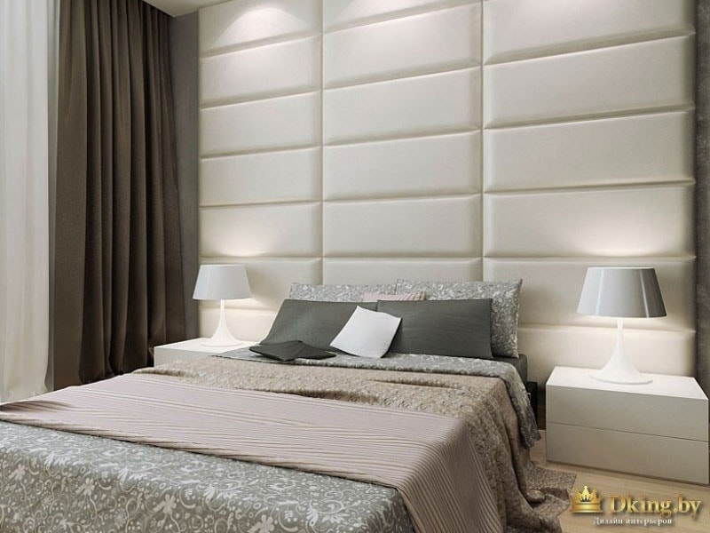 Двуспальная кровать на белой стене