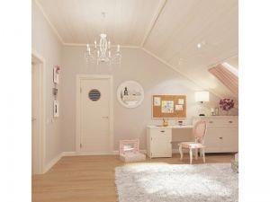 Светлая спальня с мансардным окном