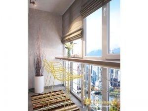 балкон оборудован для отдыха: на окнах римские шторы, вместо подоконника - столешница, два желтых барных пластиковых решетчатых стула