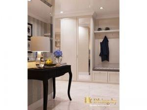 прихожая: закрытый распашной шкаф с белой и зеркальной дверью, открытые вешалки, темный туалетный столик и белый глянцвый пол