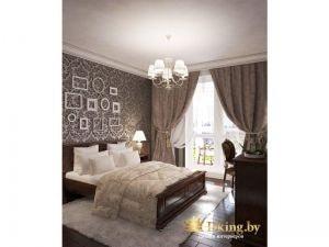 спальня: мебель из темного дерева, акцентная стена у изголовья оклеена темно-серыми обоями с классическим узором и декорирована рамками для фото разной формы белого цвета