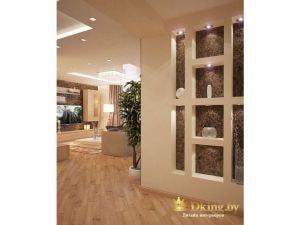 деревянный пол, бежевые стены, перегородка с нишами