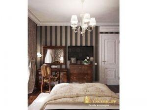 белая дверь в спальне, темный пол, зеркало в темной деревянной раме, классический таулетный столик и стул из темного дерева, обои в классическую полоску