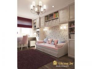 детская для девочки: белая кровать-кушетка с выдвижными ящиками. Белые шкафы, рабочее место вдоль окна, контрастная римская штора. Темный пол и коврик цвета фуксия