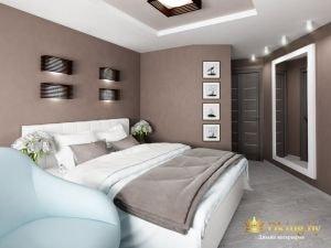 большая белая кожаная кровать, зеркало в полный рост в белой раме, двери темные, потолок белый, пол светло-серый