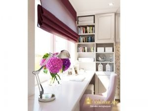Рабочее место вдоль окна: стол вместо подоконника, римская штора цвет фуксия, вместительный шкаф с закрытыми и открытыми полками возле рабочего места