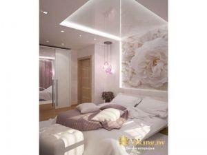 фотообои в изголовье, большая белая кровать, распашной шкаф с одной зеркальной и одной белой дверью