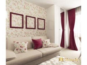 детская для девочки: в качестве спального места - диван. стена оклеена обоями с цветочным принтом. падушки повторяют узор. в качестве акцентов использован бордово-малиновый цвет