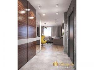 встроенный шкаф-купе во всю стену, двери шпонированные. потолок с встроенной подсветкой