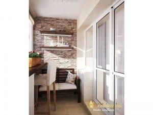 утепленный балкон: столешница вместо подоконника, барный стул, диван-скамья для отдыха. Отделка балкона - декоративный камень