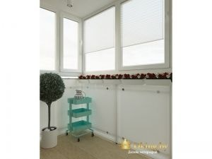 утепленнй балкон: на окнах рольшторы белые, пол - бежевая плитка