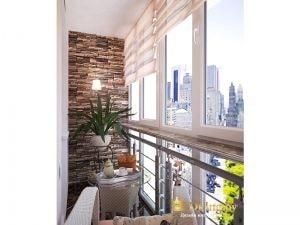римские шторы на балконном окне, стена декорирована искусственным камнем