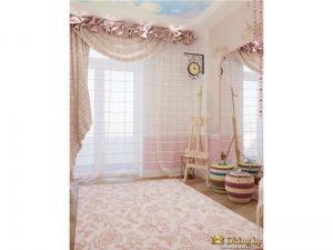 Вид на окна в детской комнате. Классический интерьер