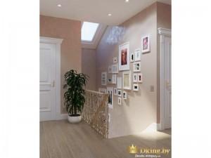 ОЧень много картин на лестнице