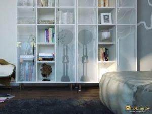 белый стеллаж с полупрозрачными дверями с рисунком