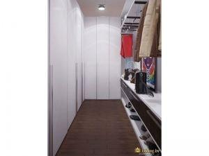 гардероб сочитающий открытые системы храненния и белые шкафы