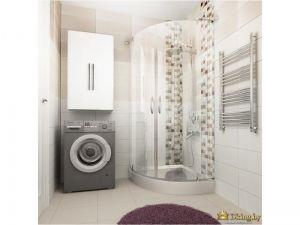 ванная: душевая кабина, стальной полотенцесушитель и акцентный мягкий коврик