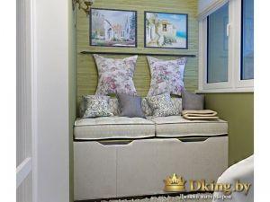 кабинет на балконе: диван с подушками и ящиками для хранения