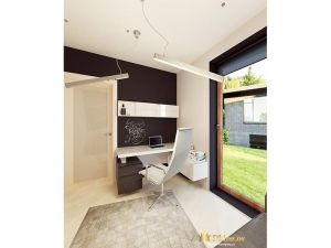 подвесные лампы в рабочем кабинете, белый рабочий стол и кресло на фоне акцентной стены шоколадного цвета