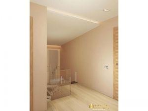 светлый деревянный пол, бежевые стены