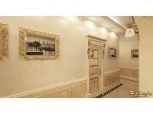 интерьер в стиле ампир: двери со стеклом, картины в резном багете, молдинги на стенах внизу, по периметру широкий белый молдинг, верх стен оклеен бежевыми обоями с едва различимым орнаментом