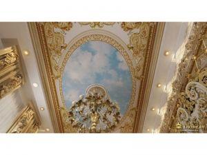 """потолок в спальне: роспись в стиле дворцов - голубое """"небо"""" возле  люстры, по периметру золотые узоры на белом фоне. много лепнины"""