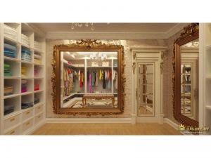 гардеробная комната с двумя шикарными зеркалами в золоченом багете