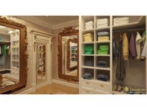 гардеробная комната: вместительные полки и шуфляды, зеркала в багете, резной золоченый дверной портал