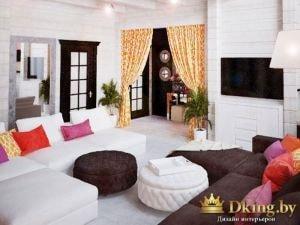 гостиная: деревянные стены, окрашенные белой краской, диваны белого и шоколадного цветов, яркие акценты - подушки, оранжевые шторы с фантазийным принтом