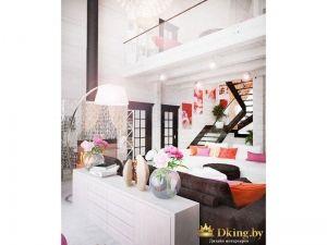 белые стены в деревянном доме. контрастная мебель: белый и коричневый диваны. двери, лестница цвета венге.
