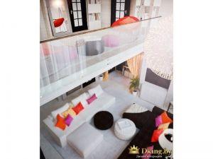 вид со второго этажа на первый: два модульных дивана двух контрастных цветов: белого и темно-шоколадного, два пуфа белого и коричневого цветов, яркие подушки