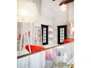 темные двери со стеклом с фацетом. цвет дверей - венге. стены деревянные белые. оранжевые кресла как акцент