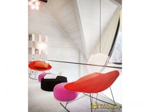 современные оранжевые кресла, шоколадного и розового цвета пуфы на фоне белых деревянных стен