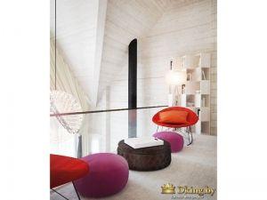 кресла цвета фуксии, темного шоколада и сочного мандарина прекрасно сочетаются с белыми стенами в деревянном доме