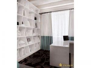 открытый стеллаж для хранения книг и мелочей белого цвета. двухцветные шторы в пол без подхватов на темном стальном карнизе. шторы на кольцах