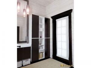 контрастная ванная: белые деревянные стены, белая сантехника и белые открытые полки шкафа в сочетании с полом, наличником, шуфлядами под умывальником и дверями шкафа цвета венге