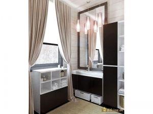 ванная с окном. на окне белая рольштора и дополнительный текстиль - бежевые шторы в пол с подхватами. мебель цвета венге, рама зеркала темного дерева. стены белые деревянные