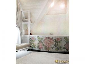 мозаичный экран для ванный с рисунком розы в пастельных тонах. ванная комната белая. стены деревянные. на полу коврик