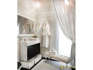 кушетка в ванной комнате, окно с шторой в пол и на подхвате. зеркало в белой раме. корзины для хранения. белый умывальник. контрастный шкафчик и пол цвета темного шоколада