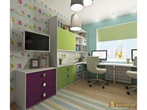 яркие шкафы и комомды, цвета насыщенный фиолетовый и нежный салатовый. пол деревянный. стулья белые. много открытых полок для книг