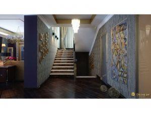 лестница на второй этаж, сочетание темного пола и светлых стен, оклееных обоями с узорами в стиле арт-деко