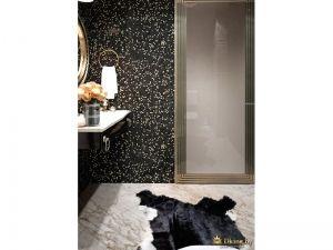 в качестве коврика в ванной - звериная черная шкура. стена выложена черной плиткой с рисунком мраморной крошки