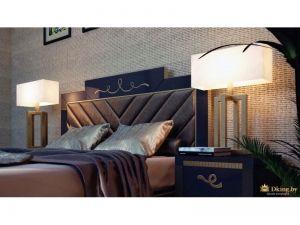 резное изголовье кровати, бронзовый текстиль, фактурная стена за изголовьем