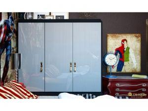 белый трехдверный глянцевый шкаф в детской. акцентная картина супергероя, красный комод с фигурными ручками, красный текстиль в белую полоску. на стене - яркая фотопечать с изображением супергероев