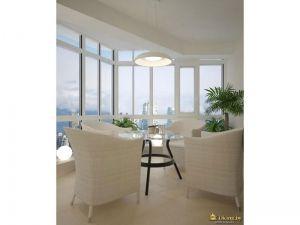 остекление в пол, круглый стекляный стол, белые кресла, зеленые растения
