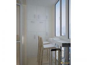 на балконе вместо подоконника - столешница, барные белые высокие стулья. на стене большое количество шкафчиков для хранения.