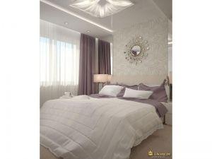 светлая спальня: сочетание белого, молочного и дымчатого сиреневого. большая кровать, в изголовье - обои с узором, в качестве акцента - зеркало в замысловатой раме