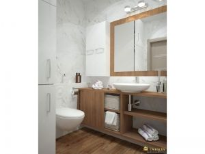 подвесной унитаз, деревянная мебель, деревянная рама для зеркала. стены выложены белой плиткой с узором под мрамор. пол под дерево