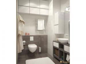 белые шкафычики без ручек для хранения, подвесной белый унитаз, инсталляция выложена серой плиткой